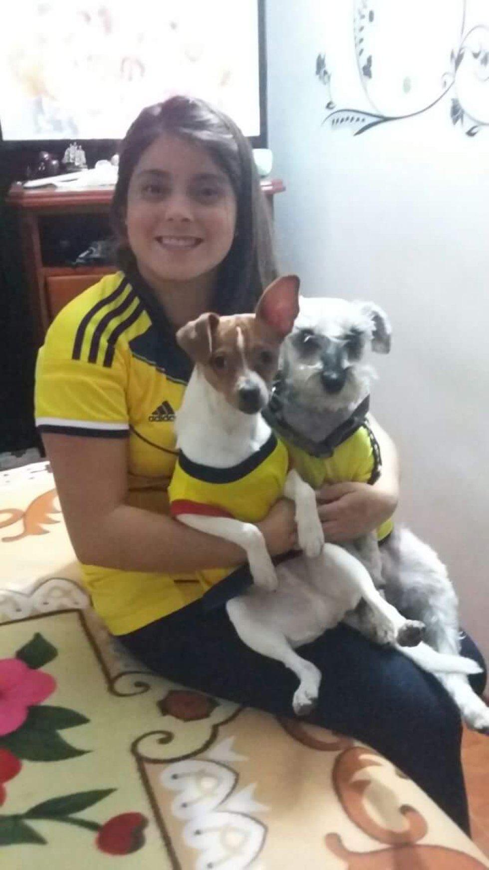 Alejandra Maldonado nos envío la foto de ella y sus dos mascotas disfrutando el mundial