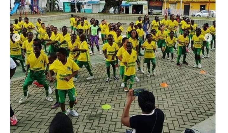 Los niños y niñas admiran al futbolista colombiano