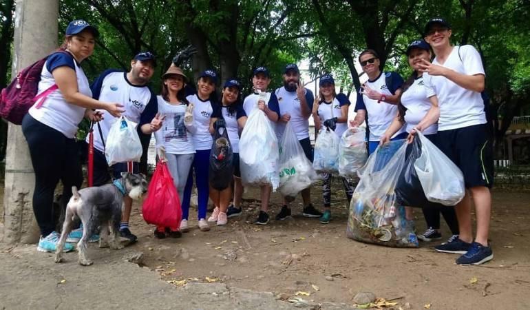 """Colombianos participando del """"Día Mundial de la Limpieza"""""""