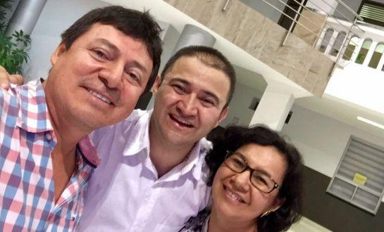 """Seguidor de Caracol Radio. Aquí con """"Corozo"""", de La Luciérnaga."""