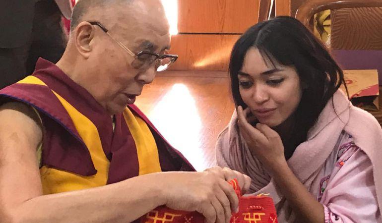 Tania regala al Dalai Lama una mochila de su región.