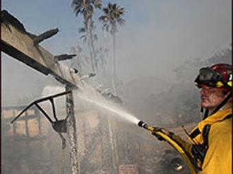 Logran controlar gran parte de los incendios en California