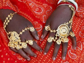 Casan a una niña de 12 años con un perro en India