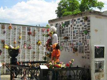 El gobierno ordena controles sanitarios en los cementerios