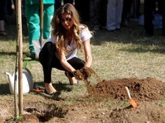 Gisele Bündchen planta un árbol para promover Día Mundial del Medio Ambiente