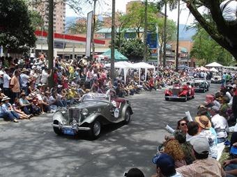 Espectacular el desfile de autos clásicos y antiguos en la Feria de las Flores