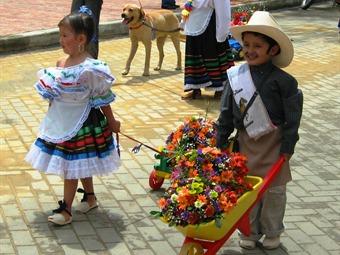 Con el desfile de silleteritos se inaugur la feria de las for Silletas para ninos