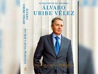 """""""No hay causa perdida"""", el libro de Uribe, es el más vendido en Colombia"""