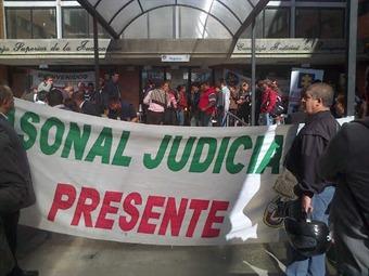 Usuarios en Bogotá y Bucaramanga protestan contra los trabajadores judiciales por no levantar el paro