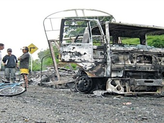Guerrilla incinera dos vehículos por no acatar el paro armado en el Chocó