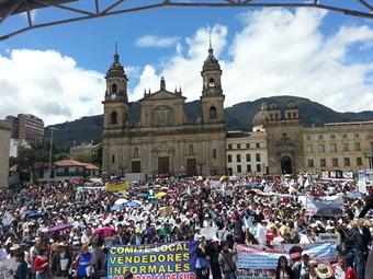Gustavo Petro recibe masivo apoyo en la Plaza de Bolívar
