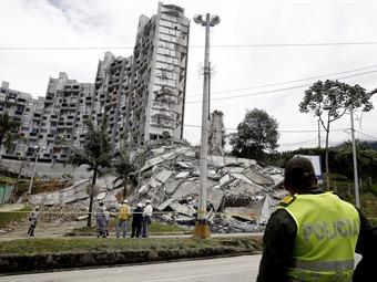 Autoridades evalúan derribar una nueva torre de edificio colapsado en Medellín
