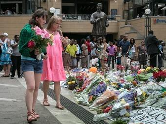 Cientos de actos siguen honrando a Mandela en cuarto día de duelo