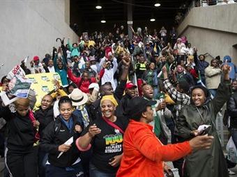 Miles de personas ocupan estadio para asistir al funeral de Mandela