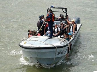 Rescatan turistas que cayeron al mar por choque de embarcaciones