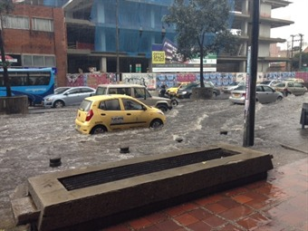 Fuerte aguacero afecta vías de Bogotá