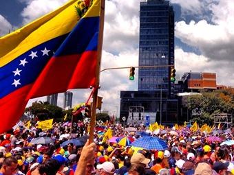 La oposición y el chavismo salen a las calles