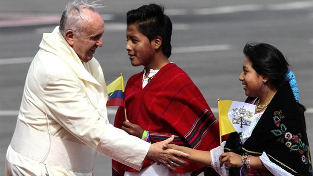 Papa Francisco sale de la Nunciatura para rezar con los fieles ecuatorianos