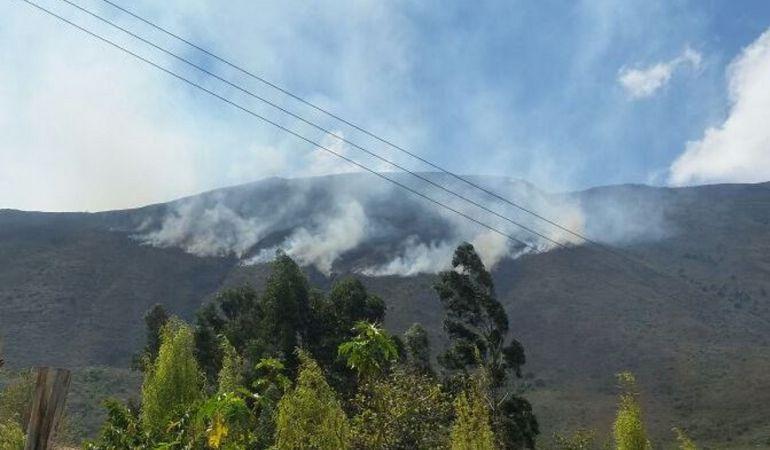 Helicópteros y bomberos atienden incendio forestal en Villa de Leyva