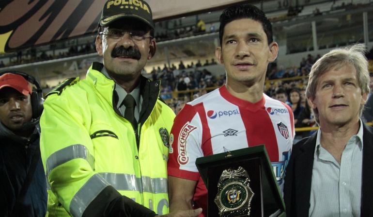 Roberto Ovelar recibe reconocimiento de la Policía al 'fair play'