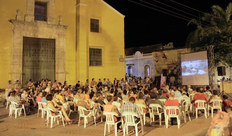 Cine en la Plaza de la Trinidad en Cartagena.