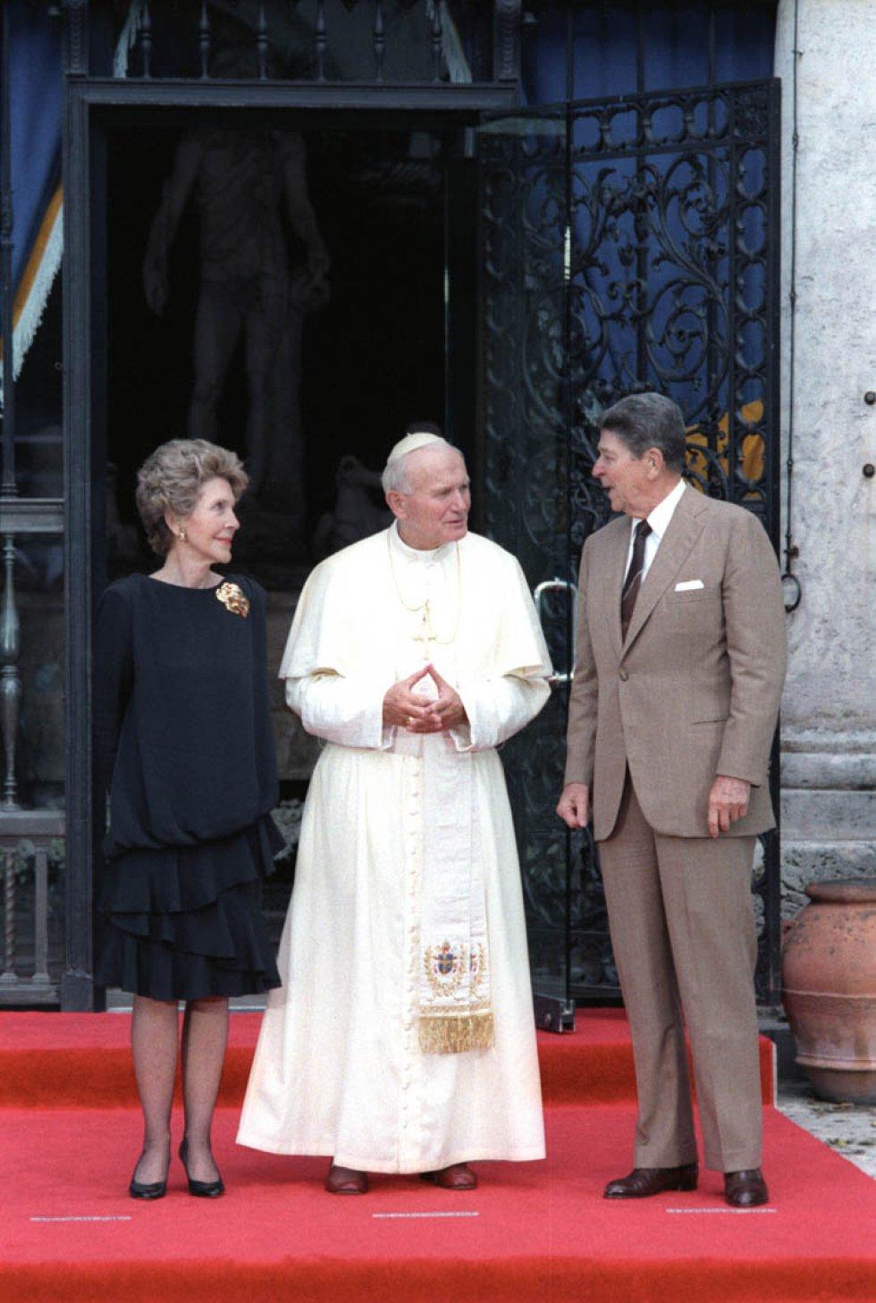 Presidente Reagan y Nancy Reagan hablando con el papa Juan Pablo II / Archivo Biblioteca Presidencial Ronald Reagan