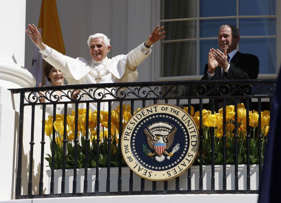 Presidente George W. Bush y Laura Bush jutno al papa Benedicto XVI