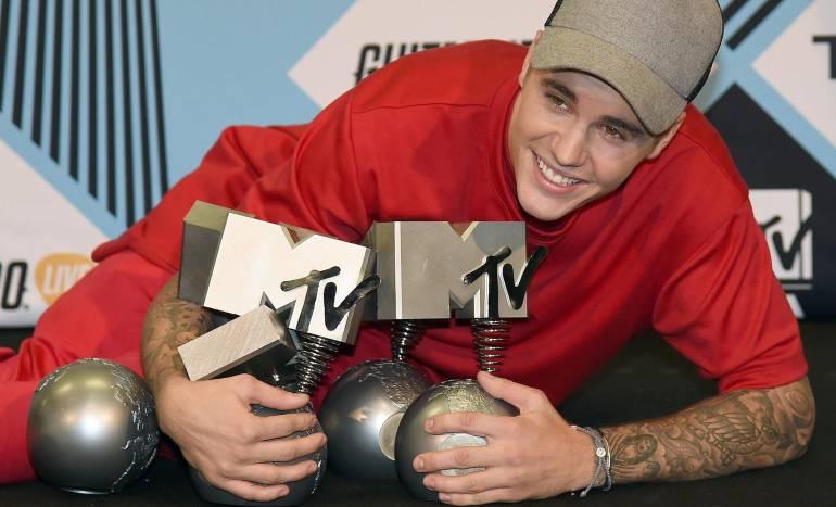 Justin Bieber posa con sus premios