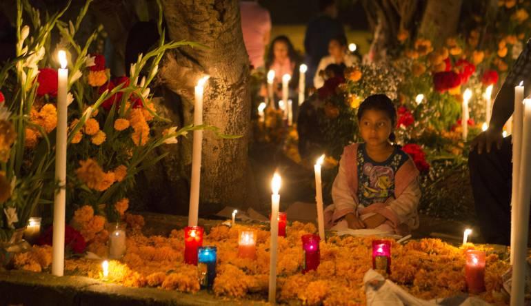 Los mexicanos ofrendan comida, bebidas y flores a sus muertos y los acompañan durante toda la jornada de 31 de octubre y 1 de noviembre.