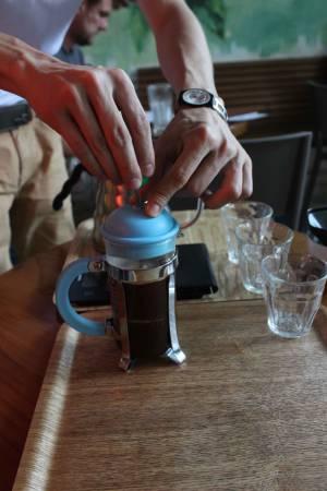 El émbolo se presiona lentamente para no permitir que las partículas más grandes pasen a la bebida final.