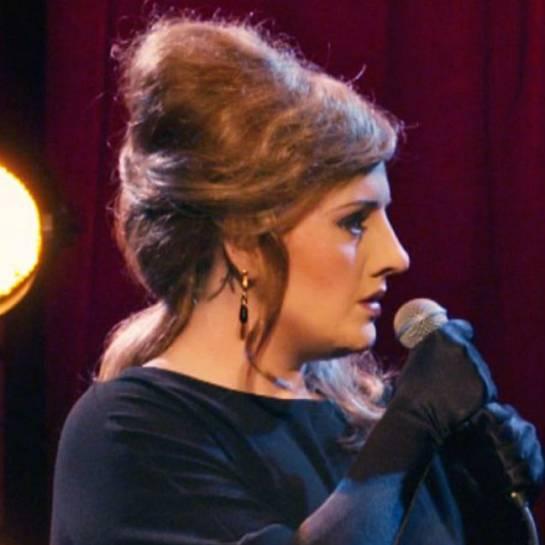 Adele haciéndose pasar por una imitadora suya con nariz y peluca postiza.