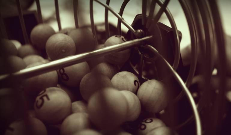 EE.UU. vive una fiebre de la lotería con un bote de 900 millones de dólares