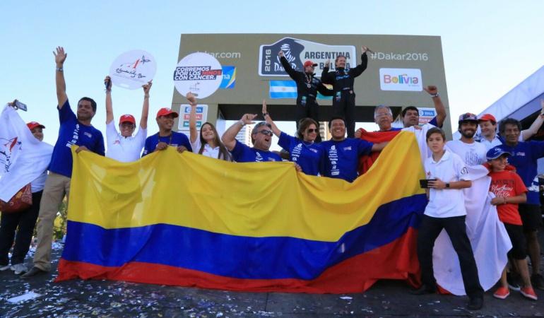 Los Mauricio Salazar celebran en el podio del Rally.