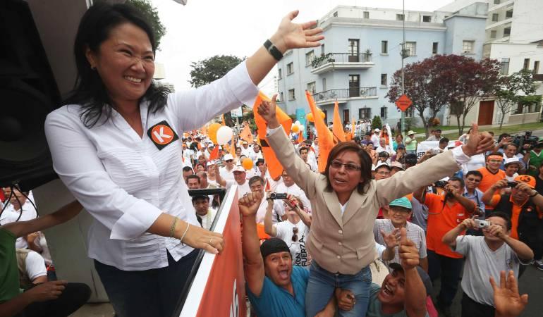 La líder del partido Fuerza Popular, Keiko Fujimori, saluda a sus simpatizantes a la llegada al local del Jurado Electoral Especial en Lima.
