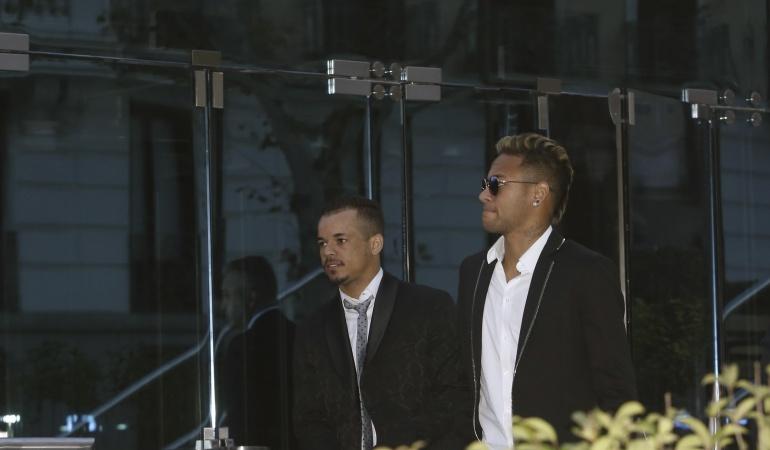Fiscalía brasileña denuncia a Neymar, su padre y directivos del Barcelona