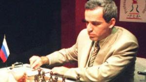 En 2002 Garry Kasparov, considerado por muchos como el mejor jugador de ajedrez de la historia, fue vencido por primera vez por una mujer: Judit Polgár.