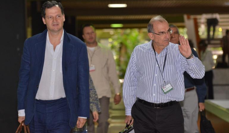 Sergio Jaramillo, alto comisionado de Paz; y Humberto De la Calle, jefe de la comisión negociadora del Gobierno en La Habana.