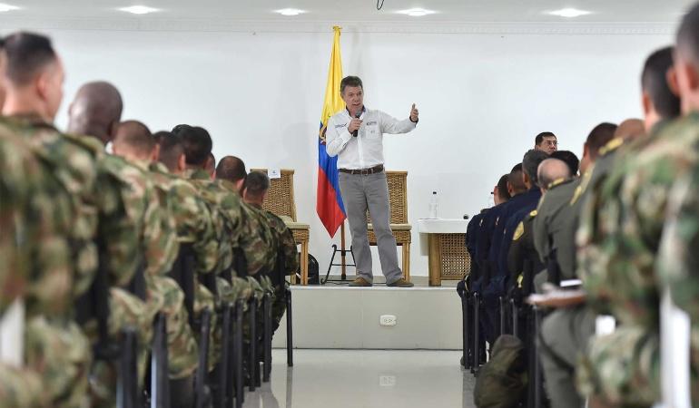 Presidente Juan Manuel Santos en reunión con integrantes del Ejército Nacional.