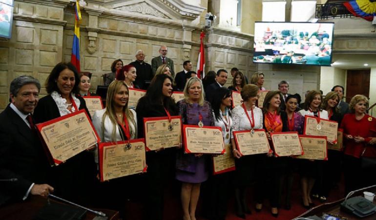 En el Congreso de la República se dió reconocimiento a las mujeres que han participado en la incidencia social del páis.