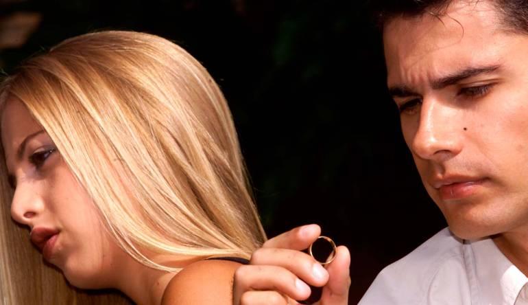 Chantaje económico hacia una mujer por parte de su esposo es causal de divorcio