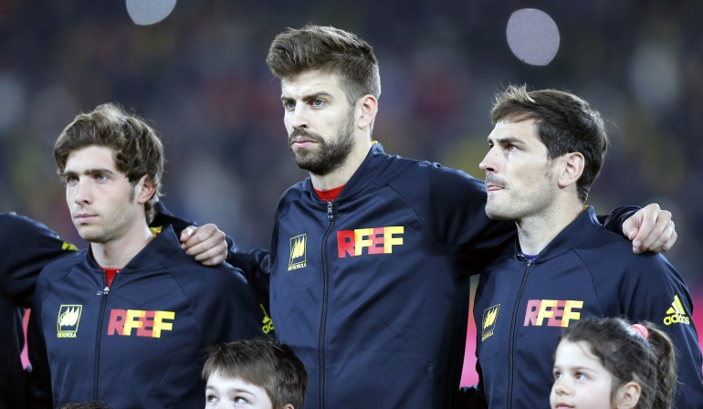 Sergi Roberto (i), Gerard Pique (c) and Iker Casillas (d)