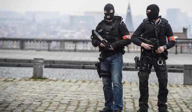Policías enmascarados vigilan delante del tribunal donde compareció  Abdeslam, señalado por los atentados en París.