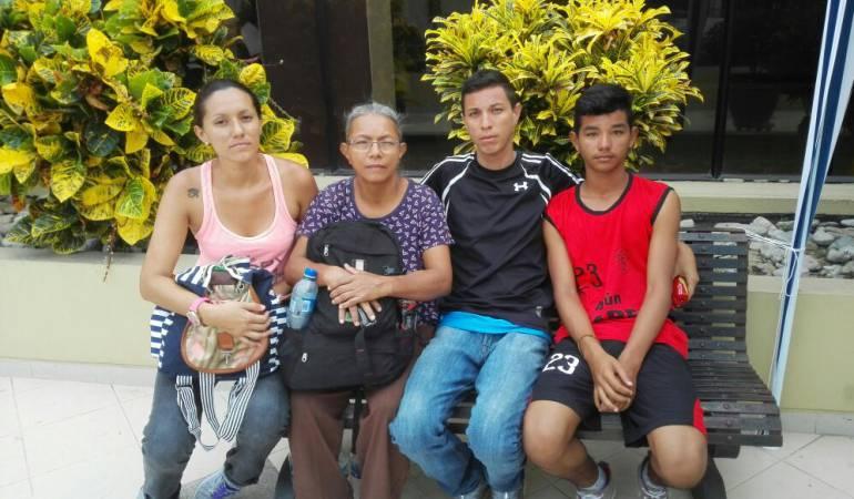 Prefiero quedarme en Ecuador tras el terremoto que volver a Venezuela: damnificada