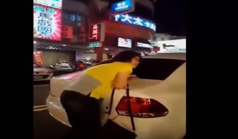 Mujer se agarra de su carro para no dejar que se lo lleven: Mujer se aferra a su auto para evitar que sea llevado por la grúa