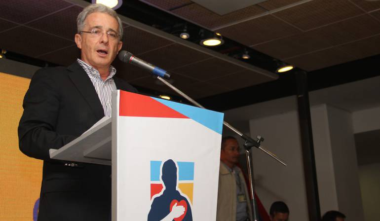"""""""La resistencia civil empieza por resistir las provocaciones"""": Uribe a críticas de Santos"""