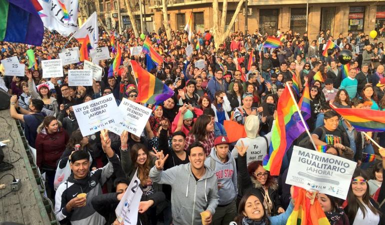 CHILE HOMOSEXUALES: Más de 100.000 personas marchan en Chile en el Día del Orgullo Gay