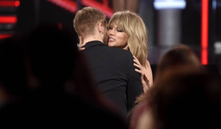 Taylor Swift abrazando a Calvin Harris cuando eran pareja.