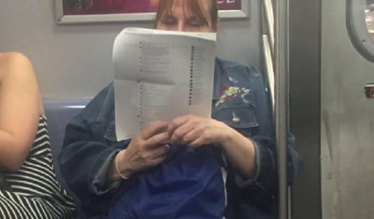 Mujer imprime comentarios de Facebook: Mujer imprime 15 hojas de comentarios de Facebook para leerlos en el metro