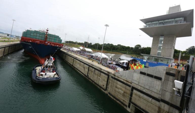 Choque en canal de Panamá: Barco chino choca con las paredes del recién ampliado Canal de Panamá