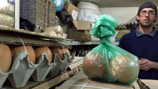 En un país donde lo normal era comprar los huevos por cartón (dos docenas) se ha vuelto usual comprar por unidad.